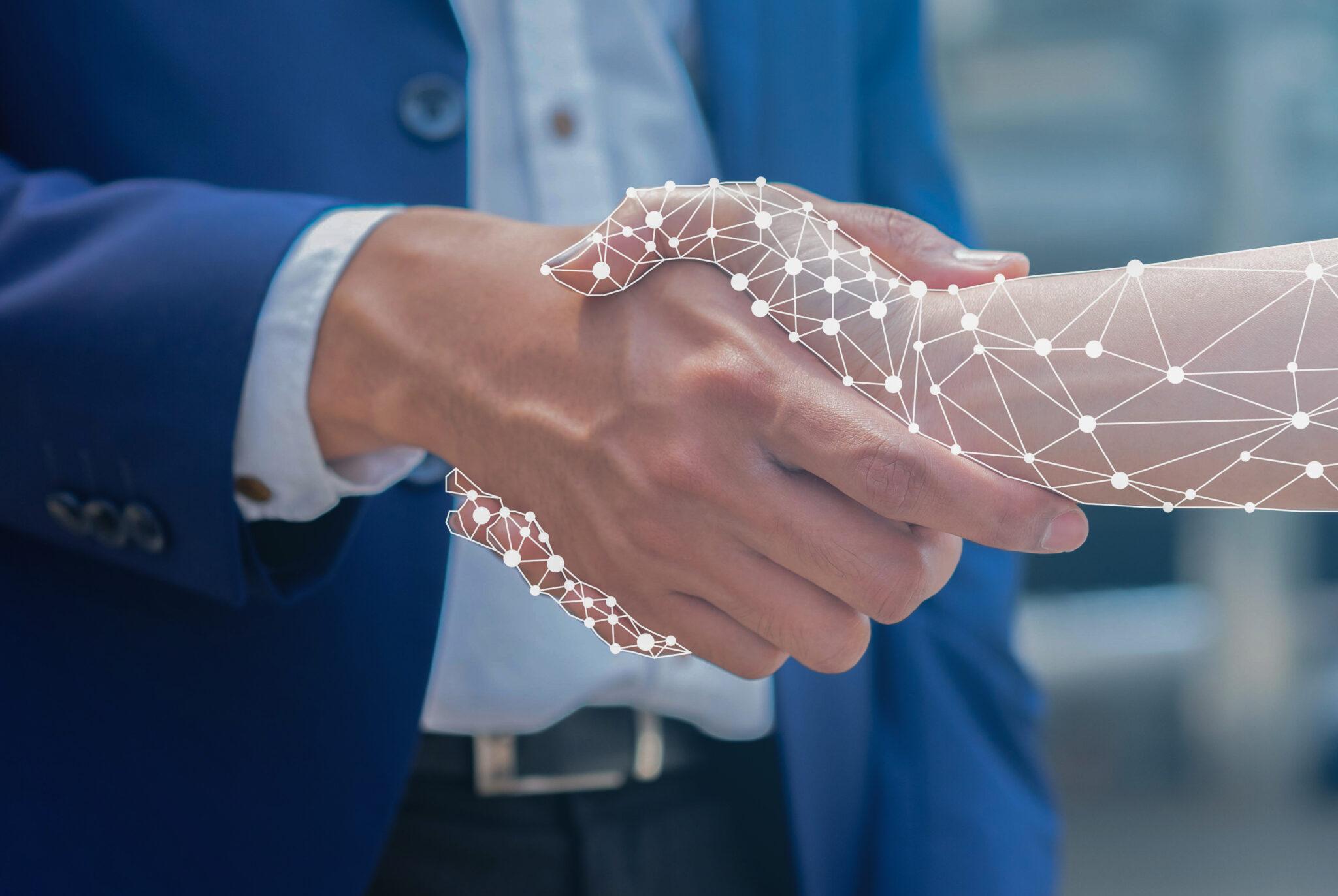 Nahaufnahme eines Geschäftsmanns, der seine Hand mit einem KI-Roboterhologramm schüttelt.