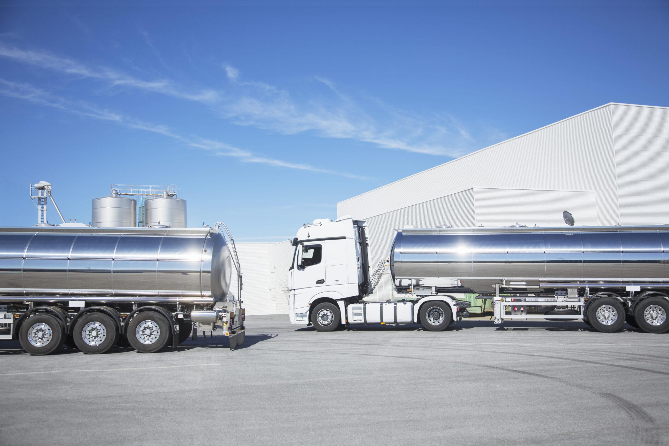 Geparkte Milchtankwagen aus Edelstahl